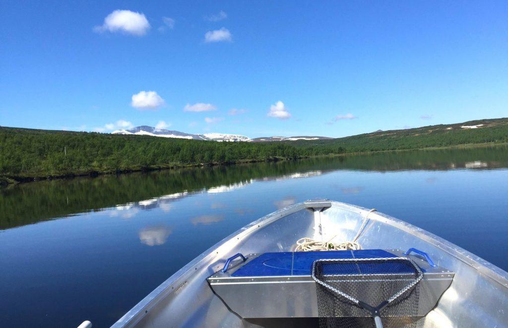 Båt på Kesusjön. Foto Ljungdalsfisket