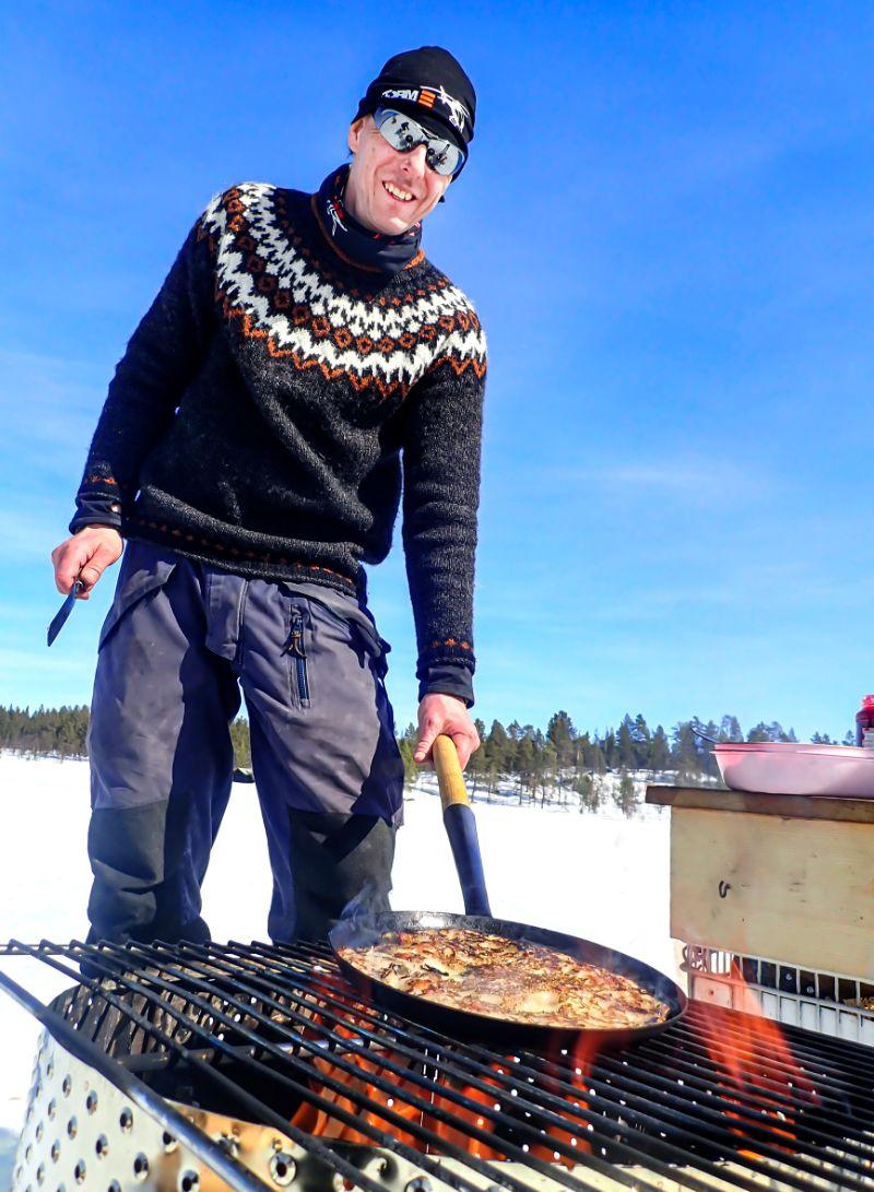 Den godaste maten tillagas ute. Foto Anders Lundin